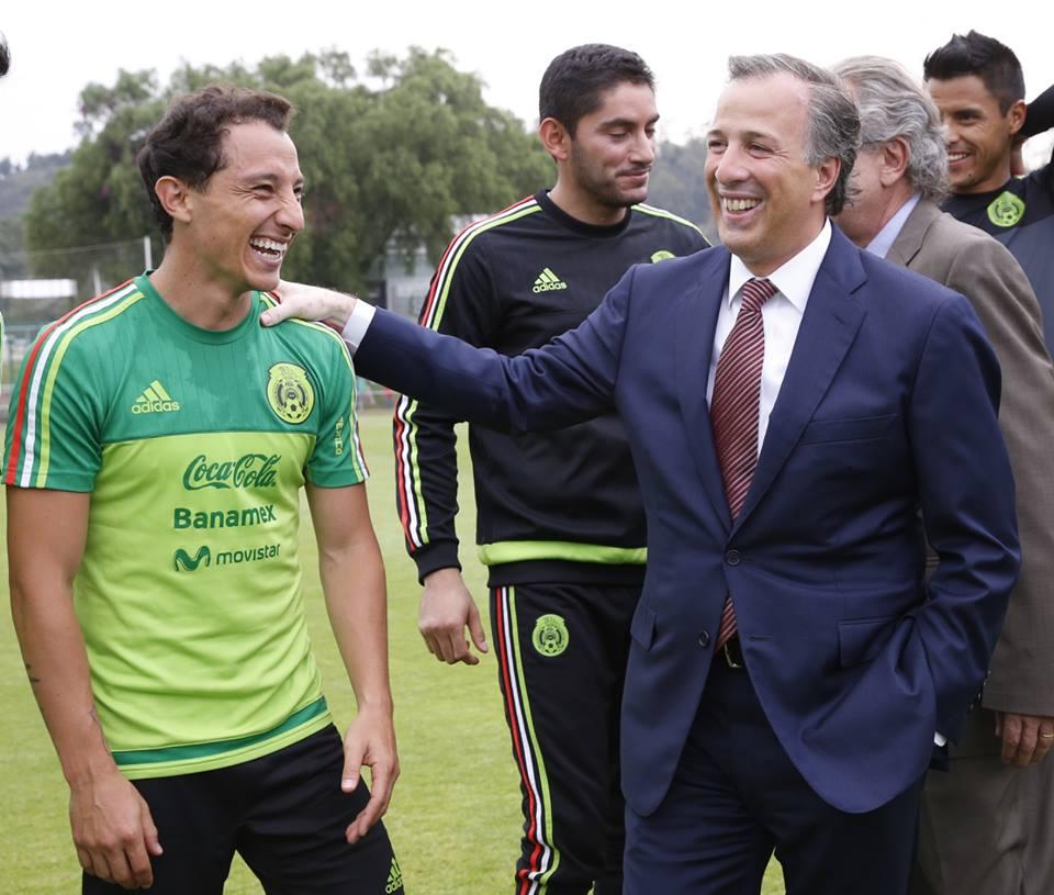 Meade con futbolistas